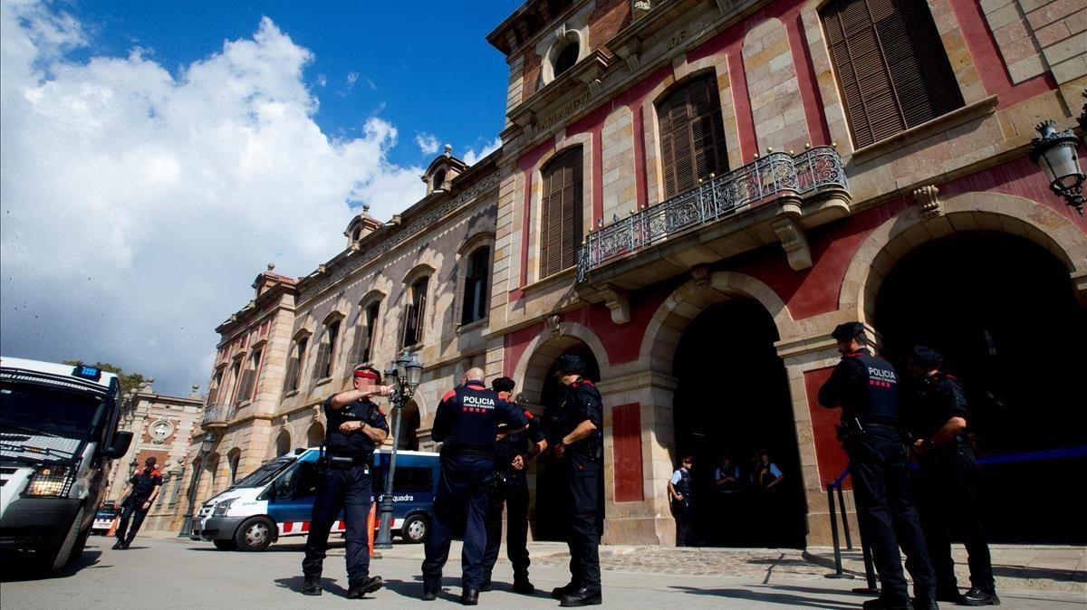 Agentes de los Mossos refuerzan la vigilancia en el Parlament.