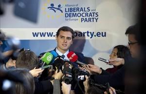 Albert Rivera atiende a los periodistas a su llegada a Bruselas.