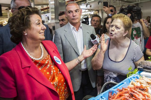 La alcaldesa de Valencia, Rita Barberá, es increpada en un mercado de su ciudad el pasado día 15, en un acto de campaña.