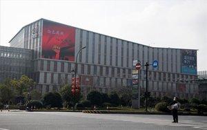 Una persona mira el edificio de Alibaba en China.