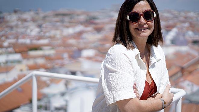 La periodista, Àngels Barceló, en la terraza de la Cadena Ser.