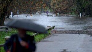 Aparcamiento anegado en Ourense a causa de la crecida del caudal del río Miño, este lunes.