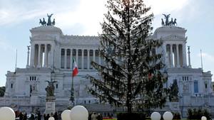 El árbol Spelacchio, frente al mausoleo de Víctor Manuel.