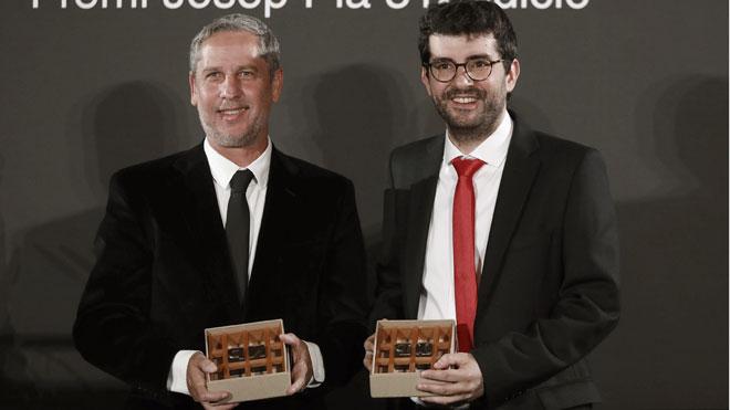 El argentino Guillermo Martínez gana el Premio Nadal con 'Los crímenes de Alicia'. En la foto, junto a Marc Artigau, ganador del Premio Josep Pla.