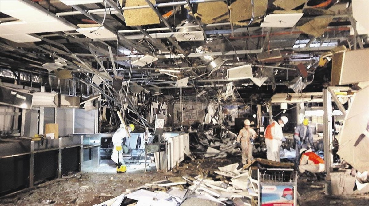 Aspecto del interior de la terminal de salida del aeropuerto de Zaventem tras los ataques terroristas, difundidas por el diario belga Het Nieuwsblad.