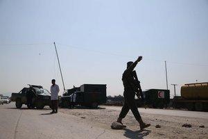 Miembros de las Fuerzas de Seguridad de Afganistáninspeccionan la zona de unataque suicida. EFE