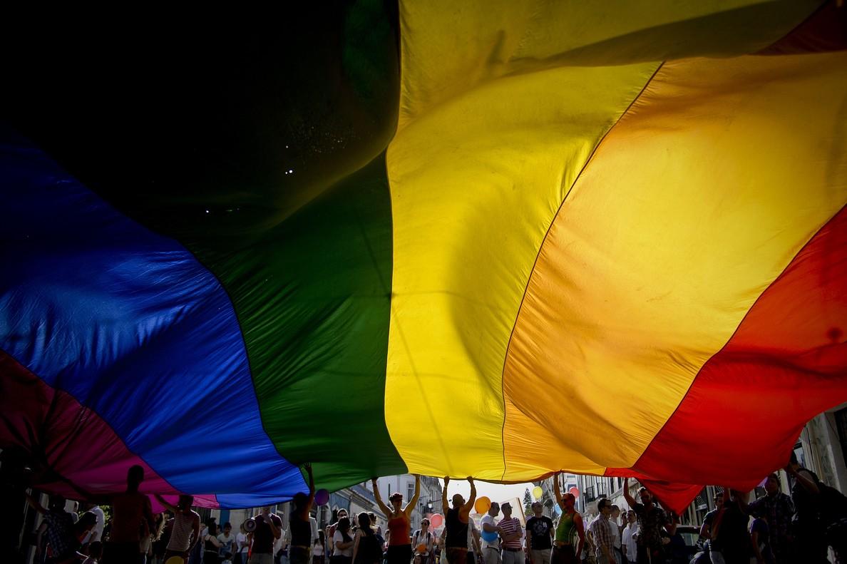 Bandera del Orgullo Gay en una manifestación.