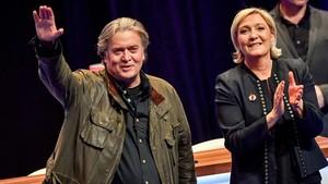 Steve Bannon junto a Marine Le Pen durante el congreso del Frente Nacional en Lille.