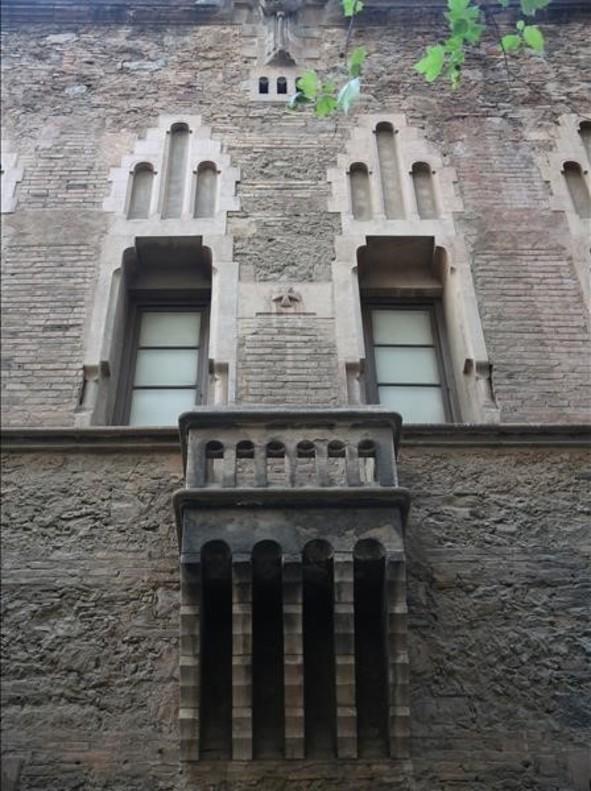 La plaza de la Virreina oculta una capilla inédita de Gaudí