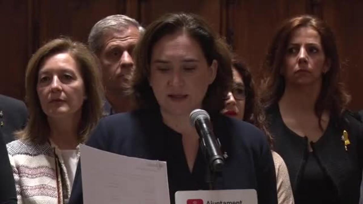 La alcaldesa Colau ha leído la declaración en la que Ayuntamiento de Barcelona acuerda también dar apoyo incondicional a las víctimas, muchas veces invisibles, de agresiones sexuales.
