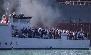 Un barco atestado de inmigrantes llega a Porto Empedocle, en Sicilia.