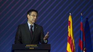 Bartomeu se dirige a los compromisarios en la última asamblea del Barça.