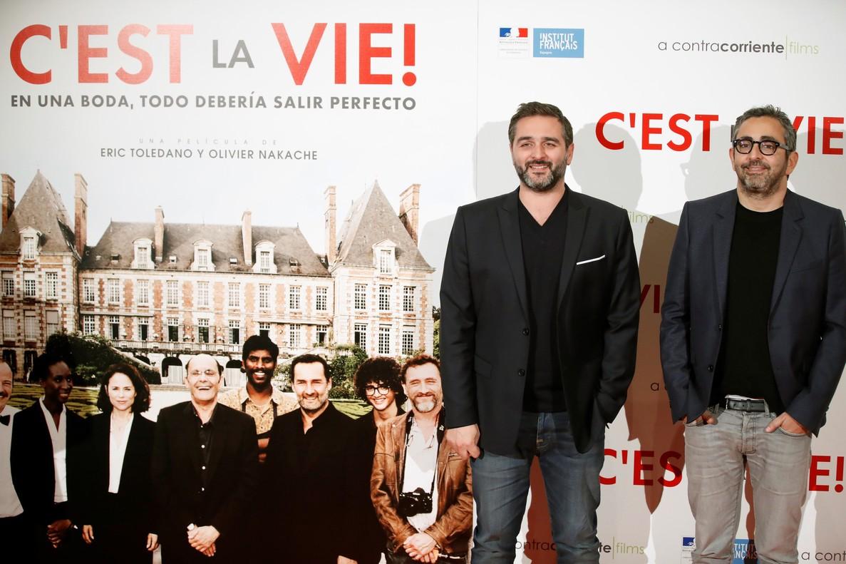 Los directores franceses de Cest la vie, Olivier Nakachey Eric Toledano, posando este martes en Madrid