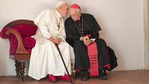 Benedicto XVI (Anthony Hopkins) y Francisco (Jonathan Pryce), en 'Los dos Papas'.