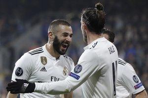 Benzema se abraza con Bale.
