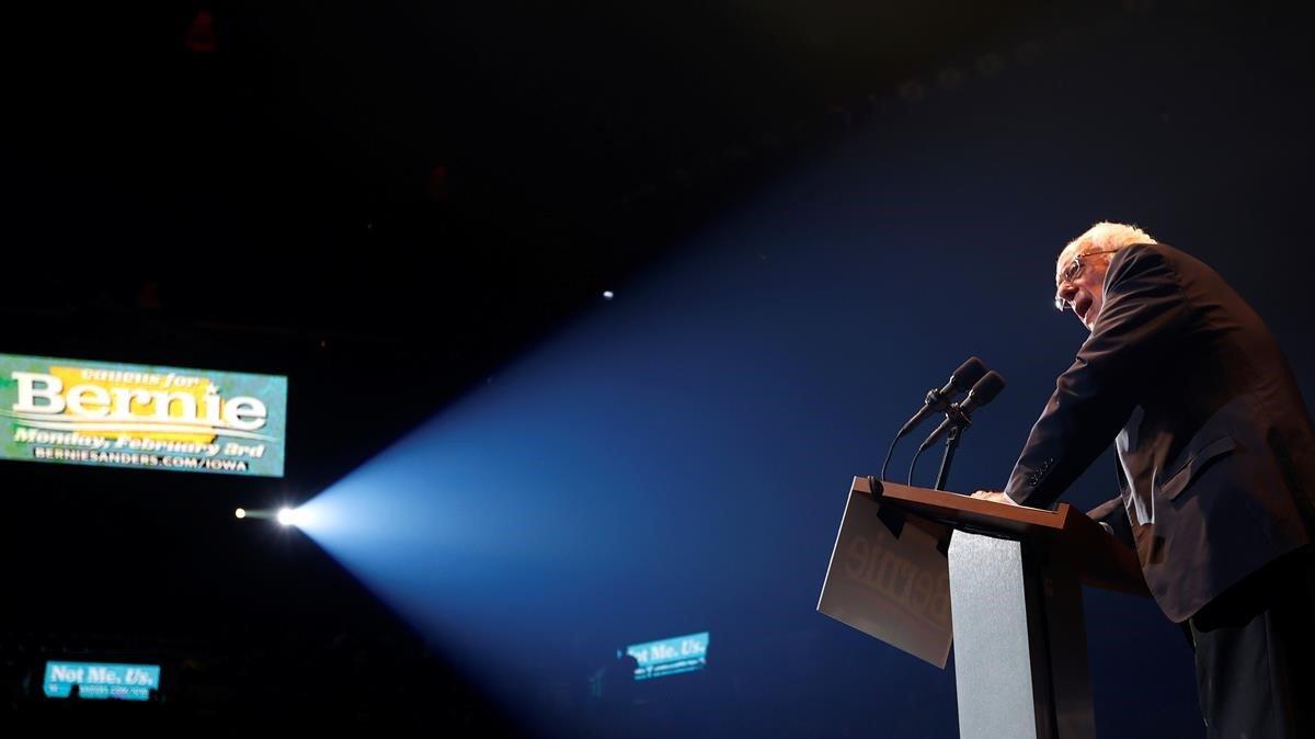 Bernie Sanders se dirige a sus simpatizantes durante un mitin en la ciudad de Cedar Rapids, en Iowa (EEUU).