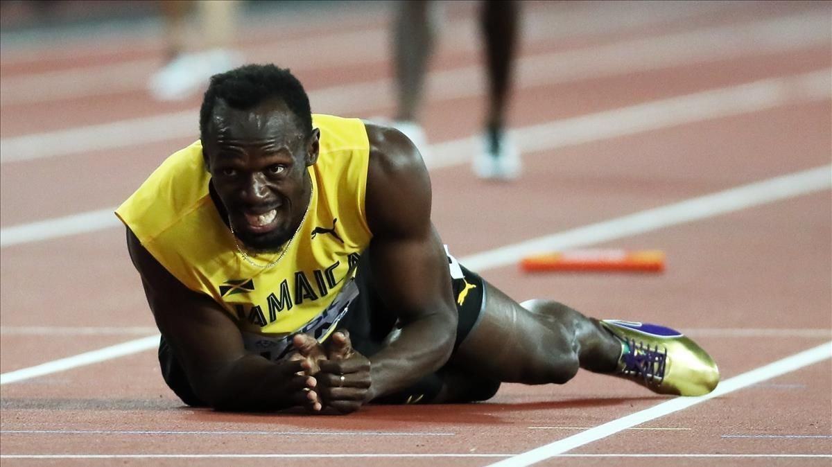 Bolt se duele en el suelo tras la lesión en la última posta del relevo 4x100.