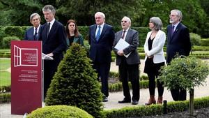 El británico Jonathan Powelldurante la lectura del comunicado que certifica el fin de ETA acompañado de un grupo de personalidades políticas internacionales en una conferencia en la localidad vascofrancesa de Cambo-les-Bains.