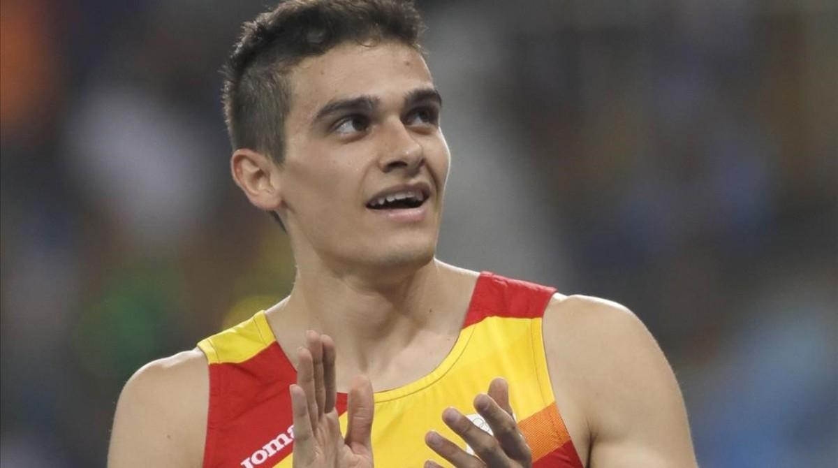 Bruno Hortelano saluda tras su semifinal de 200 metros.