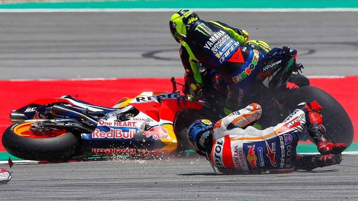 Caída múltiple que ha afectado a Valentino Rossi y Jorge Lorenzo en el Gran Premio de Motociclismo en el Circuit de Montmeló.