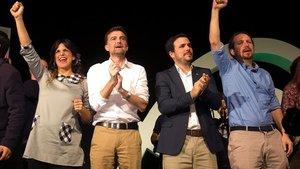 La candidata de Adelante Andalucía, Teresa Rodríguez, junto al cabeza de lista por Sevilla, Antonio Maíllo; el líder de IU, Alberto Garzón, y el de Podemos, Pablo Iglesias, en Torremolinos (Málaga).
