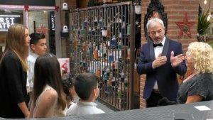 Carlos Sobera con Carmen y sus nietos en 'First Dates'.