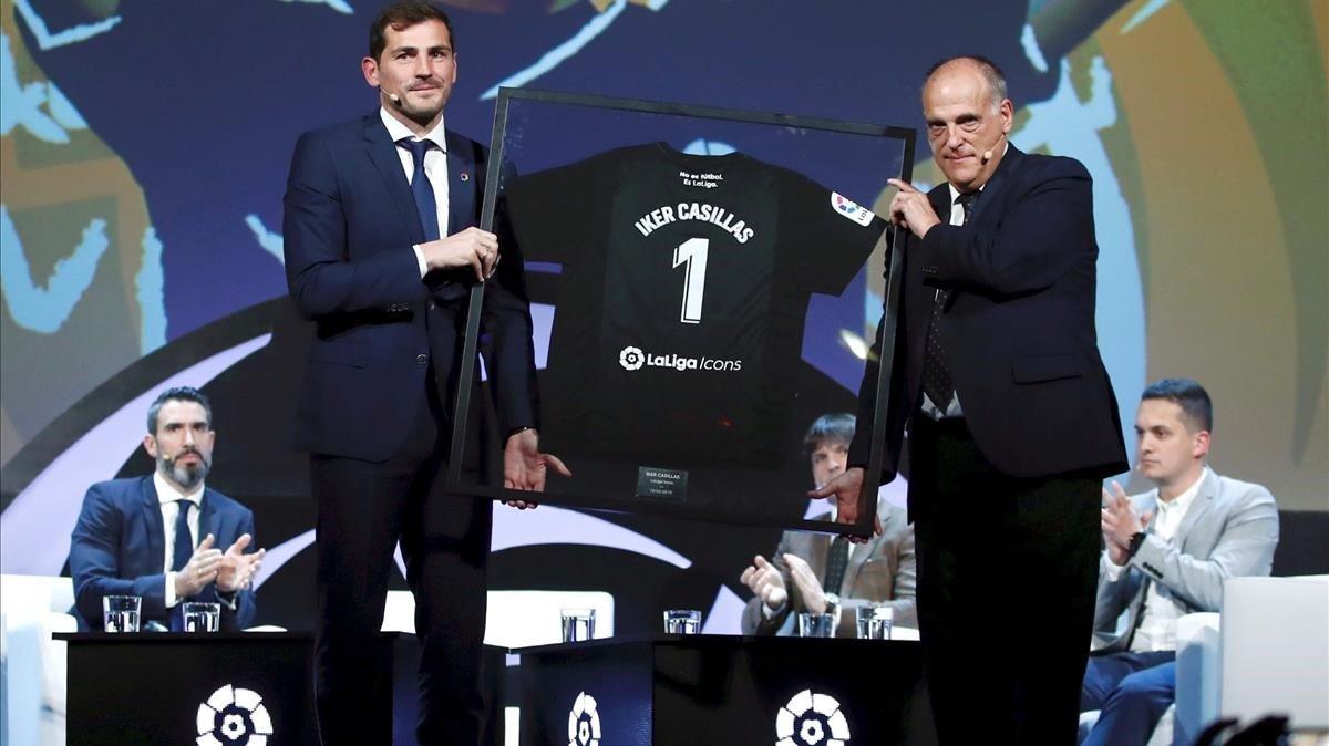 Casillas y Tebas, en el acto de presentación del portero del Oporto como icono de la Liga.