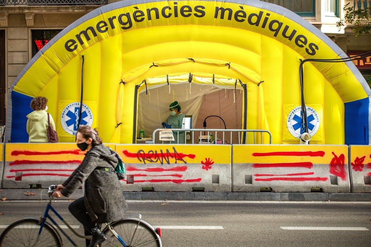 GRAFCAT4478. BARCELONA, 17/11/2020.- Aspecto de la carpa montada frente al CAP Passeig Sant Joan de Barcelona para realizar PCR, este martes, cuando la velocidad de propagación del virus (Rt) ha vuelto a bajar otras dos centésimas en Cataluña y se ha situado en 0,76, aunque se han diagnosticado 2.051 nuevos contagios, se han notificado otros 68 fallecimientos por covid y han aumentado en 33 los pacientes graves que están en la UCI.EFE/Enric Fontcuberta