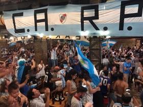 Celebraciones de la victoria de Argentina ante Nigeria en el bar La Ovella Negra de Poblenou.