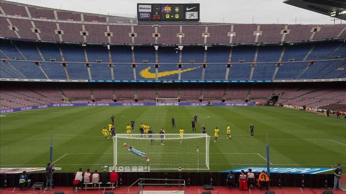 Chichizola, portero del Las Palmas, despeja el balón en un Camp Nou vacío.