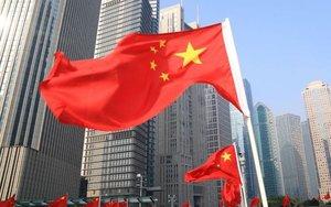 La bandera de China ondenado en las calles de Pekín.