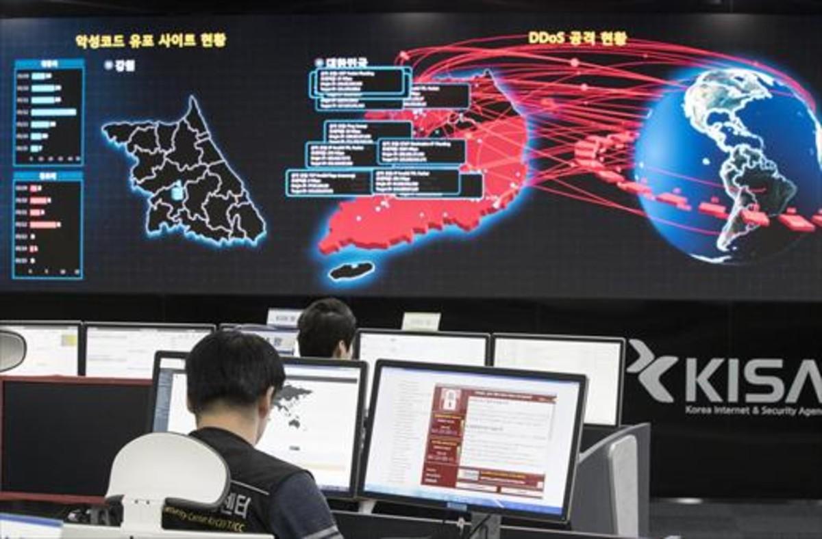 Ciberseguridad 8Empleados de la Agencia Coreana de Seguridad e Internet rastrean la red.