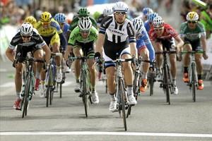 El ciclista esloveno Luka Mezgecdel Giant-Shimanose impone en la llegada de la quinta etapa de la Volta Ciclista a Catalunya 2018