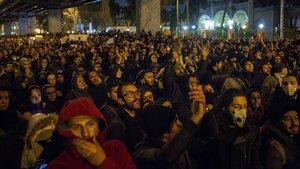 Cientos de iranís concentrados frente a la universidad Amri Kabir en Teherán para protestar por las mentiras del régimen sobre el avión ucraniano siniestrado.