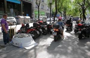 Motosen las aceras de Barcelona.