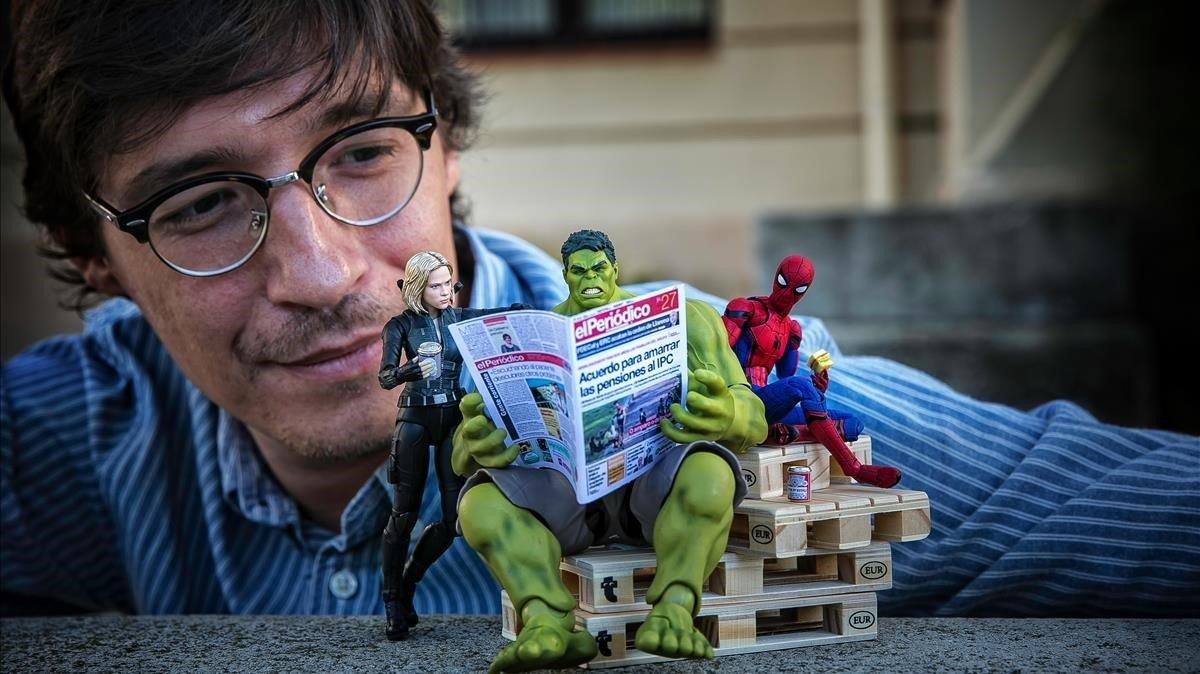 Un mini Hulk leeEL PERIÓDICO, ayer, en un banco del Poblenoujunto a laViuda NegraySpiderman, ante la mirada de su dueño, David Cubero, suppaduppa666 en las redes.