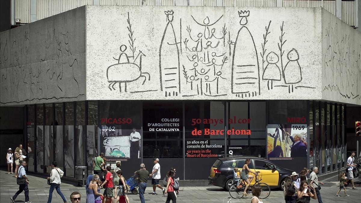 Fachada de la sede del Col·legi Oficial dArquitectes de Catalunya, en Barcelona.