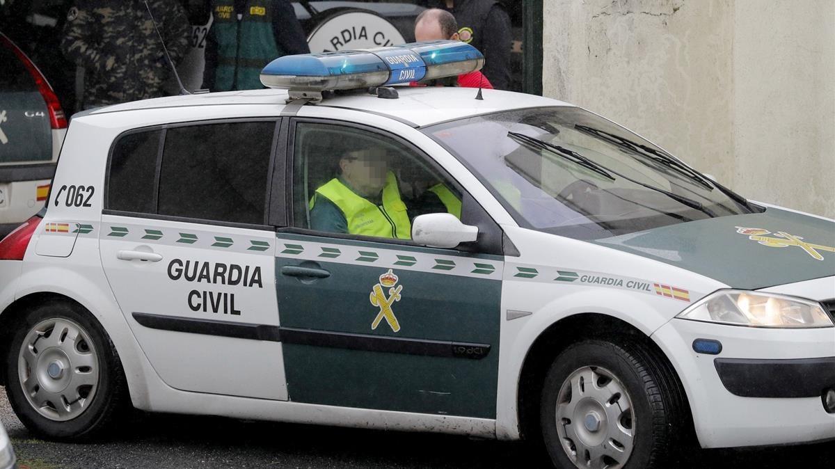 Un vehículo de la Guardia Civil, que se ha hecho cargo de las investigaciones.