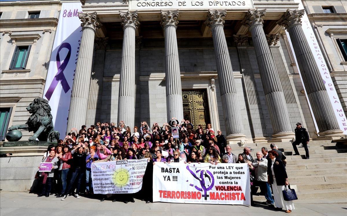 Concentración ante el Congreso en el Día Internacional de la Mujer.