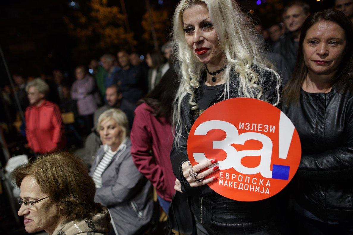 VXH23. TETOVO (MACEDONIA), 27/09/2018.- Manifestantes sostienen pancartas que dicen Sí a la Macedonia europea durante una concentración en apoyo al próximo referéndum del próximo 30 de septiembre sobre el acuerdo alcanzado con Grecia para cambiar el nombre del país, en la ciudad de Tetovo (Macedonia) hoy, jueves 27 de septiembre de 2018. EFE/VALDRIN XHEMAJ