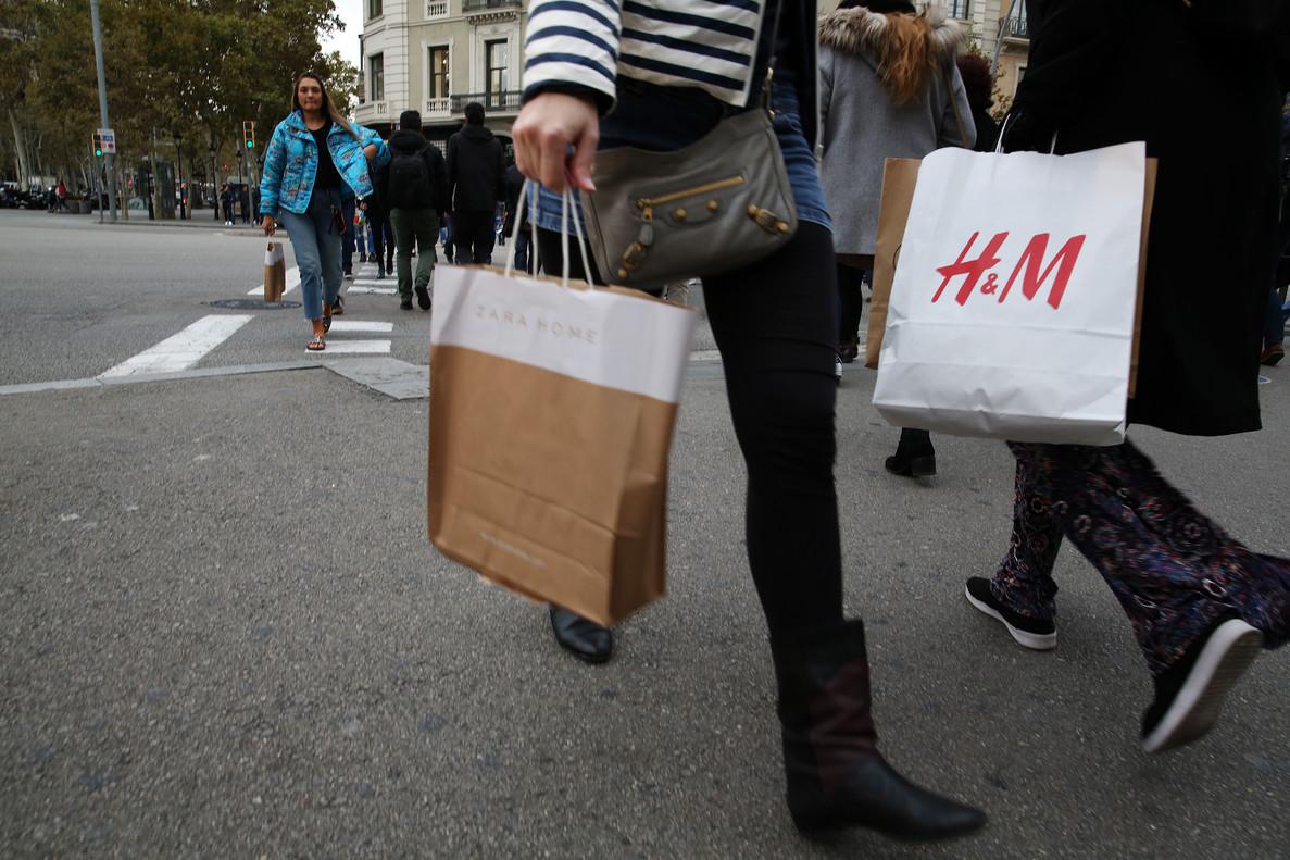 Laconfianza del consumidor ha bajado en febrero hasta los99,7puntos, lo que la situabajola cota de los 100 puntos, es decir, en percepción negativa.
