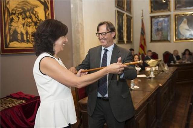 Anna Erra iniciando su mandato como nueva alcaldesa de Vic de la mano de su sucesor, Josep Maria Vila dAbadal.