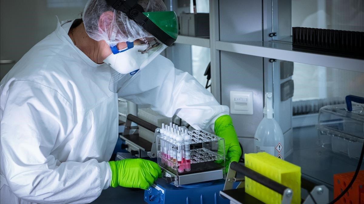Un trabajador de un laboratorio trabaja para hallar una vacuna contra el coronavirus.