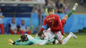 Cristiano Ronaldo cae sobre Piqué y De Gea.
