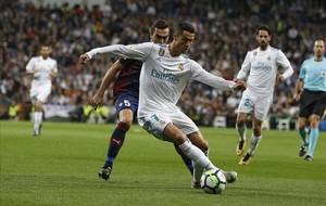 Cristiano Ronaldo defiende el balón ante Gonzalo Escalante.