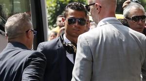 Cristiano Ronaldo, a la llegada del Madrid, este viernes, a Milán.