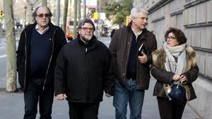 Jordi Cuevas, el segundo por la izquierda, acompañado de amigos y su mujer, este lunes, antes de entrar en la Audiencia de Barcelona.
