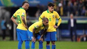 Dani Alves se prepara para lanzar una falta junto a Everton y Coutinho.