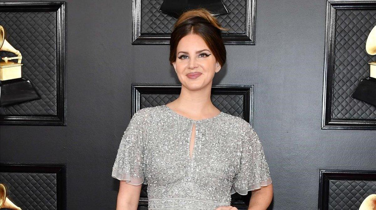 Lana del Rey posa en el 'photocall' de los Premios Grammy 2020.