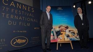 El delegado general del Festival de Cannes, Thierry Fremaux (derecha), y el presidente del Festival, Pierre Lescure, posan junto al póster del certamen durante la presentacion de las peliculas que optaran a la Palma de Oro y el resto de filmes